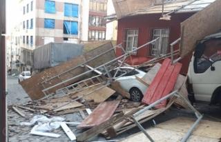 Fatih'te 4 katlı binadaki inşaat iskelesi çöktü