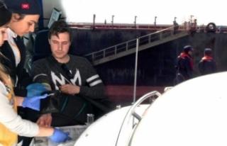 Gemide mide kanaması geçiren denizci, botla alınıp...