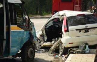 İzmir'de yolcu minibüsü otomobile çarptı:...