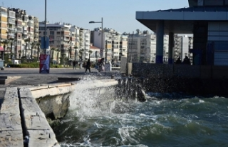 İzmir'de şiddetli rüzgar hayatı olumsuz etkiledi