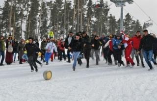 Karda yuvarlanan kaşarı yakalamak için yarıştılar