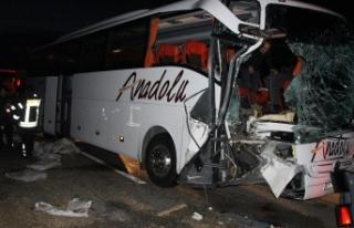 Manisa'da yolcu otobüsü tıra çarptı: 20...