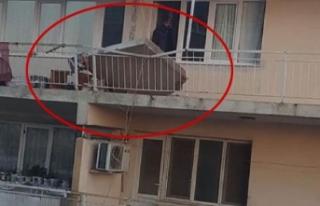 Rüzgara dayanamadı, evin balkonu çöktü