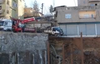 Şırnak'ta istinat duvarı çöktü; çevredeki...