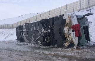 Sivas'ta yolcu otobüsü devrildi: 32 yaralı