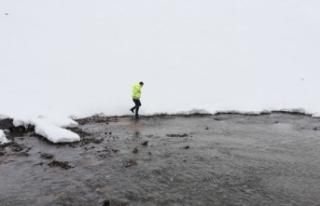 Sızıntı olan Alucra Barajı'nda su tahliyesi...