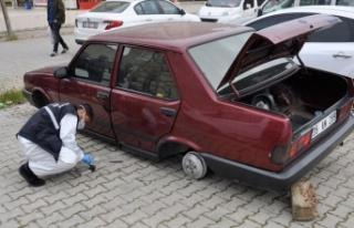 Adana'da park halindeki otomobilin lastikleri...