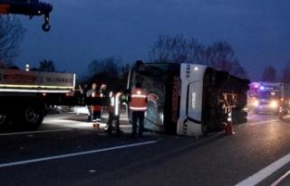 Akyazı'da otobüs devrildi: 33 yaralı