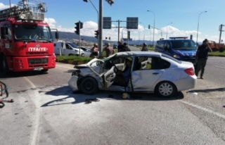 Ambulansla otomobil çarpıştı: 1'i bebek 9...