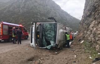 Antalya'da yolcu midibüsü devrildi: 3 ölü,...