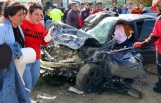 Bolu'da işçi servisi ile otomobil çarpıştı:...