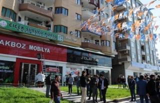 Diyarbakır Bağlar'da AK Parti binasına ateş...