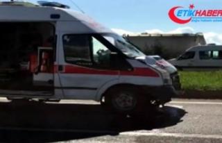 Erken doğan bebeği taşıyan ambulans otomobile...