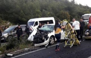 Hafif ticari araç ile otomobil çarpıştı: 2 ölü,...