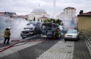 İçerenköy'de park halinde bulunan iki servis...