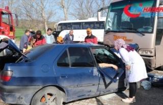 İşçileri taşıyan midibüs otomobille çarpıştı:...