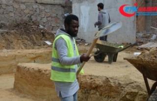 Lisansı çıkmayınca, inşaatta çalışmaya başladı