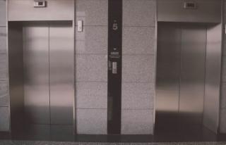Muş'ta asansör boşluğuna düşen polis hayatını...