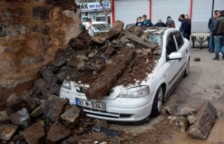 Otomobil, çöken duvarın altında kaldı