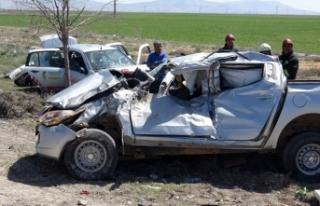 Otomobil, kamyonete çarptı: 1 ölü, 5 yaralı