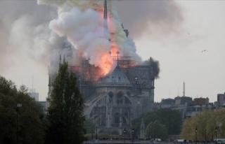 Paris'te Notre Dame Katedrali'nde yangın...