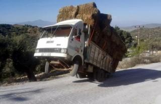 Rampa çıkan kamyon iki tekerlek üzerinde kaldı