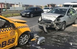 Sancaktepe'de araçlar kafa kafaya çarpıştı:...