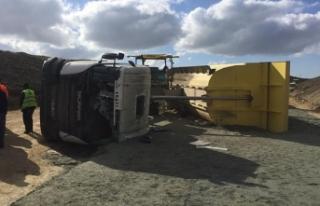 Silivri'de kamyon devrildi, sürücüsü yaralandı