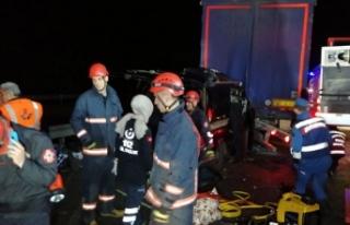 TEM Otoyolu'nda minibüs, TIR'a çarptı:...