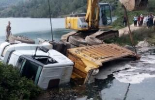 Yol çökünce kamyon devrildi, sürücü gölete...
