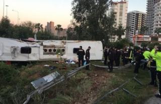 Adana'da yolcu otobüsü devrildi: 2 ölü, 29...