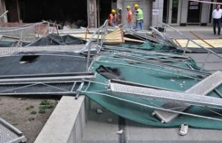 Ankara'da inşaat iskelesi çöktü: Yoldan geçen...