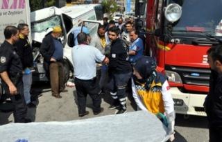 Ankara'da minibüs, park halindeki kamyonete...