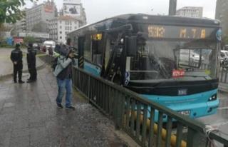 Ankara'da özel halk otobüsü, bariyerlere çarptı:...