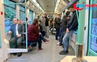 Bakan Mustafa Varank tramvayda yolculuk etti! Sosyal...