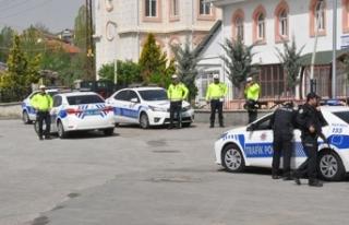 Durmayan sürücünün otomobiliyle çarptığı polis...