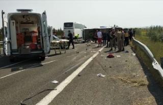 İşçileri taşıyan midibüs devrildi: 5 ölü,...