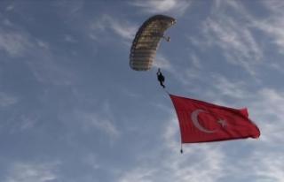JÖAK timinin balondan paraşüt atlayışı klip...