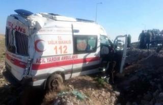Kayseri'de ambulans devrildi; sürücü ile 2...