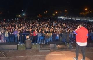 Öğrencilerden konsere geciken 'Eypio'ya...
