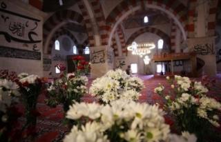 Osmanlı geleneği gereği Eski Cami çiçeklerle...