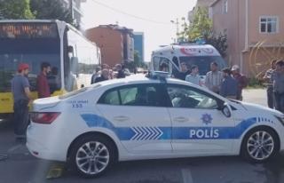 Sultanbeyli'de İETT otobüsü polis aracına...