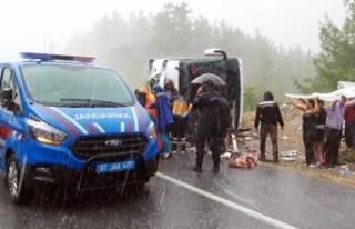Akseki'de yolcu otobüsü devrildi: 25 yaralı