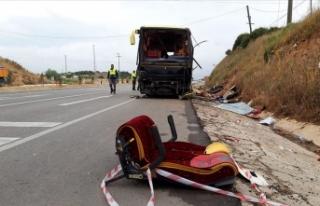 Balıkesir'de tur otobüsü ile otomobil çarpıştı:...