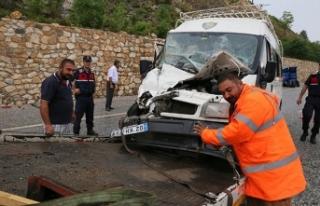 İşçileri taşıyan minibüs ile TIR çarpıştı:...