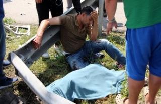 Kazada yaralanan baba, ölen oğlunun başında gözyaşı...