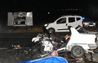 Kemalpaşa'da iki otomobil çarpıştı: 3 ölü,...