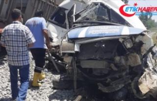Mersin'de yük treni servis minibüsüne çarptı:...