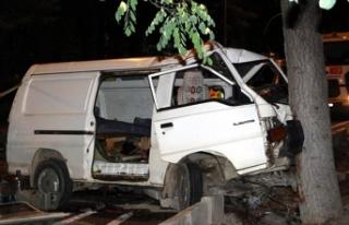 Minibüs ağaca çarptı: 1 ölü, 6 yaralı
