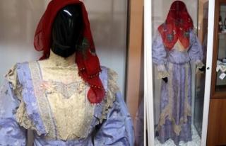 Müzede sergilenen 150 yıllık gelinlik ilgi çekiyor